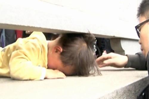 Video giải cứu bé kẹt đầu ở thành cầu hot nhất Internet tuần qua