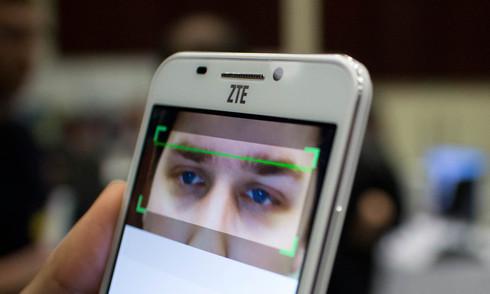 Smartphone Android bảo mật bằng cách quét võng mạc mắt