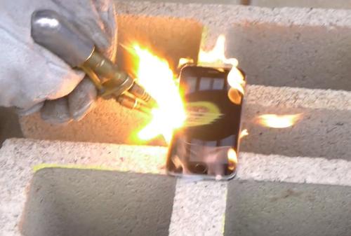 iPhone 6 bị 'tra tấn' dưới sức nóng 3.000 độ của máy hàn