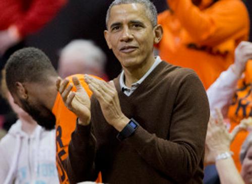 Obama đeo Fitbit đi cổ vũ trận đấu bóng.