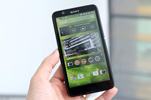 E4 trông giống một chiếc Lumia hơn là một chiếc Xperia quen thuộc của Sony.