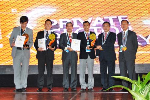 Đại diện FPT IS (thứ hai từ trái qua) nhận giải Vàng cho sản phẩm FPT.eHospital.