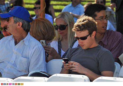 Zuckerberg cân nhắc dùng điện thoại Android vì ông cảm thấy phiền phức với việc liên tục phải sạc pin cho iPhone cũng như tình trạng sóng kém.