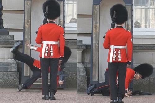 Anh lính trượt chân khi đang đổi gác