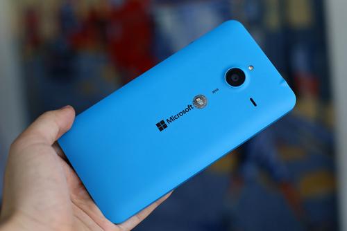 Lumia 640 XL dễ cầm nhưng kích thước to, sử dụng bằng một tay lâu không thoải mái.