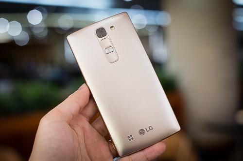 Mở hộp smartphone LG Magna giá 4 triệu đồng