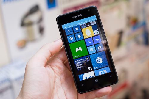 Lumia 430 cho cảm giác cầm gọn và nhẹ nhàng, như một chiếc điện thoại phổ thông chứ không bị quá to.