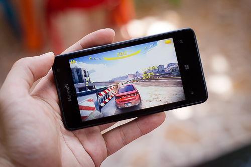 Chiếc smartphone giá chỉ 1,5 triệu đồng của Microrosft chơi game Asphalt 8 mượt.