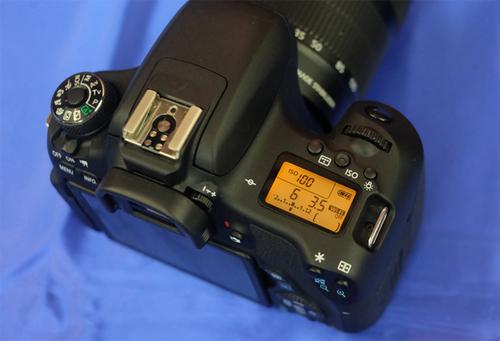 Canon 760D có thêm màn hình phụ bên trên. Ảnh: Tuấn Hưng.
