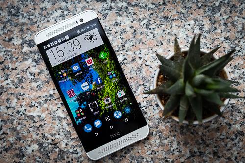 Không đẹp và sang như One M8, nhưng HTC One E8 là model tầm trung cho cảm giác cầm chắc chắn, chất lượng hoàn thiện ổn.