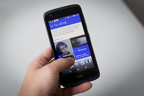 Máy chạy Android KitKat với tính năng đặc trưng riêng của HTC, như BlinkFeed.