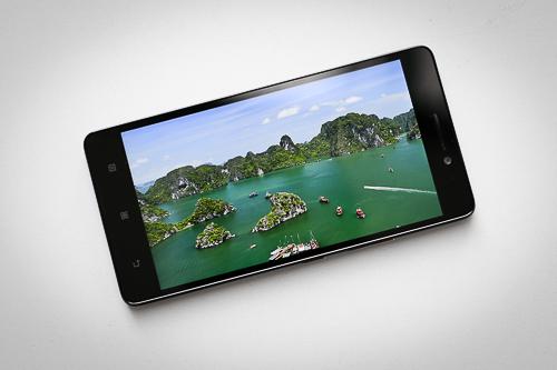 Lenovo A7000 sở hữu thiết kế đơn giản cùng màn hình đẹp.