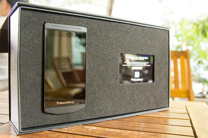 Mở hộp BlackBerry P'9982 hạng sang với màu mới