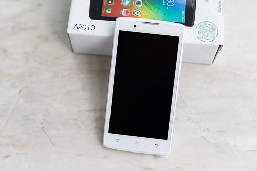 Smartphone giá rẻ Lenovo A2010 có kiểu dáng trông đẹp, vừa mắt.