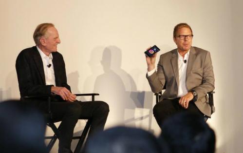 John Sculley (phải), cựu CEO của Apple, Pepsi-Cola nay là nhà đồng sáng lập thương hiệu smartphone Obi Worldphone.