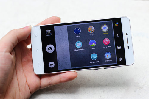 Smartphone giá rẻ 2 sim của Gionee được tích hợp nhiều phần mềm chụp ảnh mở rộng, selfie ổn phù hợp với người dùng trẻ.