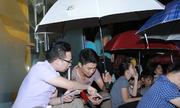 Người dùng đội mưa, xếp hàng qua đêm mua Galaxy Note 5