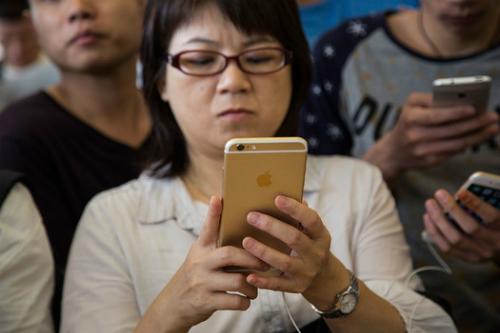 Sức tiêu thụ iPhone hàng mới chững lại do tâm lý chờ đợi model mới.