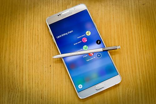 S Pen trên Galaxy Note 5 là vũ khí đặc biệt của Samsung mà các smartphone màn hình lớn khác không so được.