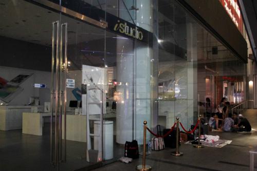 Sáng 25/9 các cửa hàng ở Singapore mới bán ra iPhone 6s và 6s Plus nhưng tại đây đã có không ít người giữ chố từ đêm 23/9. Ảnh: Đình Nam từ Singapore.