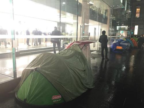 Nhiều người đội mưa và chịu lạnh 10 độ C để xếp hàng mua iPhone 6s và 6s Plus tại Sydney (Australia). Ảnh: Mai Nguyên.