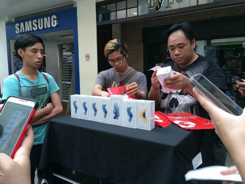 Dân buôn iPhone Trung Quốc tại Singapore năm nay ít hơn hẳn năm ngoái, họ cũng không thu gom iPhone màu hồng như giới buôn Việt Nam. Ảnh: Đình Nam.