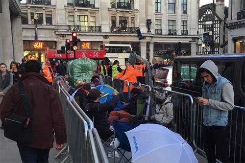 Nhiều người xếp hàng trước Apple Store ở Regent Street (Anh).