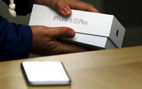 Giá khởi điểm của iPhone 6s chính hãng năm nay cao hơn 1 triệu đồng so với iPhone 6 năm ngoái, và đắt hơn tới 3 triệu đồng so với hàng xách tay.