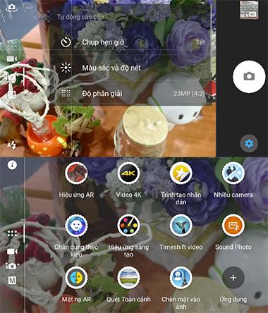 Ứng dụng camera trên Xperia Z5 có giao diện mới, thoáng hơn. Việc chuyển đổi giữa chế độ chụp tự động với thủ công, quay video hay các tính năng khác chỉ cần vuốt màn hình.