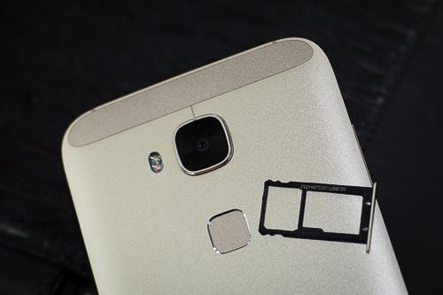 Model của Huawei không có điểm đặc biệt gì về cấu hình, thậm chí còn là đắt nếu xét đến giá.