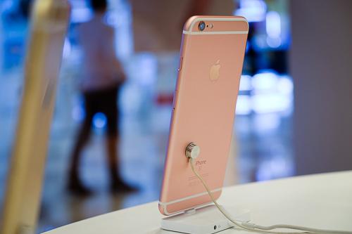 iPhone 6 và 6s có hình thức bên ngoài giống nhau, chỉ có một số khác biệt nhỏ.