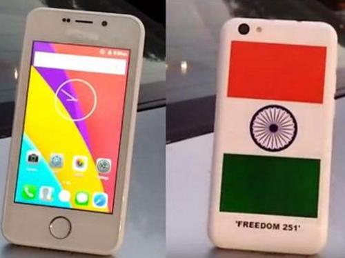 """Điện thoại được gắn nhãn Freedom 251 ở mặt sau, nhưng tên thương hiệu """"Adcom"""" ở mặt trước lại bị che bằng một lớp sơn. Ảnh: indiatimes"""
