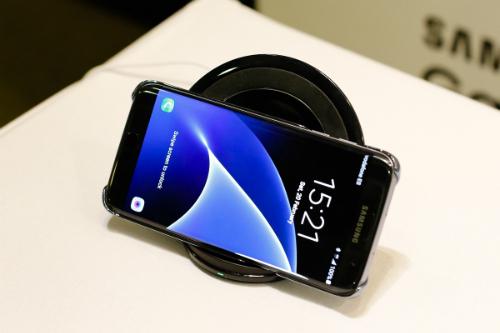 Galaxy S7 và S7 edge có khả năng sạc không dây với đề sạc mới chuẩn Qi có dòng điện 15 watt.