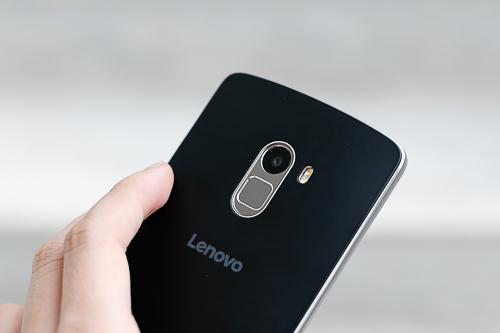 Có giá 5 triệu đồng nhưng thiết kế của A7010 giống Lenovo Vibe X3, từ kích cỡ màn hình cho tới loa kép lẫn cảm biến vân tay nằm ở lưng.