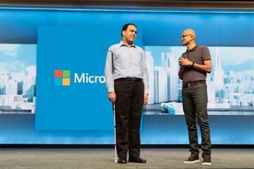 Saqib Shaikh được hỗ trợ bởi Seeing AI của Microsoft.