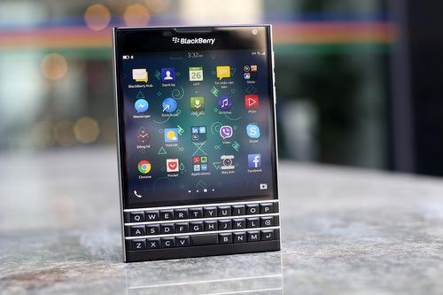 BlackBerry Passport với kiểu dáng lạ và kích thước bằng đúng quyển hộ chiếu.