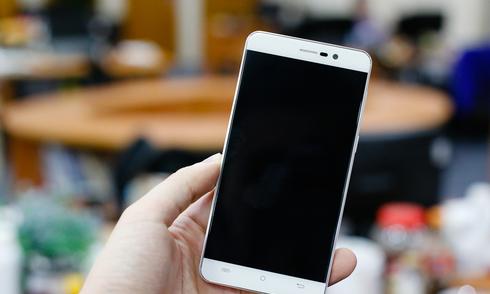 Smartphone Android 2 sim pin lớn giá gần 2 triệu đồng