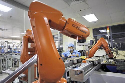 nha-may-iphone-dung-robot-thay-cho-60000-lao-dong
