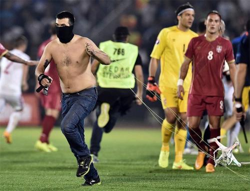 Drone từng là nguyên nhân khiến trận đấu vòng loạiEuro 2016 giữa Albania và Serbia bị hủy.
