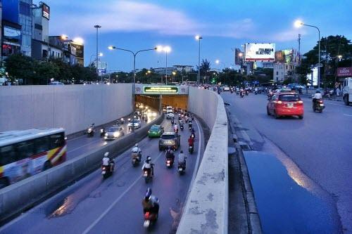 Nhiếp ảnh gia Nguyễn Việt Thanh sử dụng khả năng điều chỉnh tốc độ chụp để thể hiện rõ hơn chuyển động và tái hiện sự hối hả lúc chiều muộn của Hà Nội.