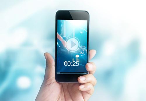 Video dọc phù hợp với thói quen cầm điện thoại của người dùng. Ảnh: Natcomglobal
