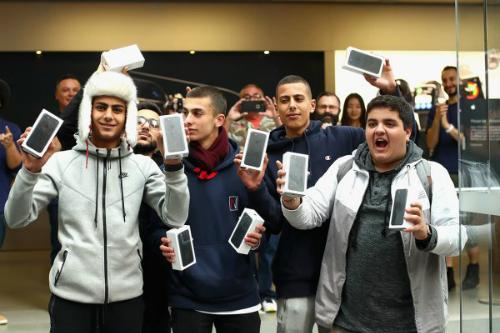 iPhone 7 và 7 Plus được bán ra từ 16/9 nhưng tới giờ vẫn chỉ có một ít phiên bản Jet Black được tung ra.