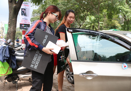 Chị N.K. Ngọc (Quận 3) háo hức đến nhận J7 Prime ngay trong ngày mở bán và nhờ cả người nhà đến trợ giúp để chở hết quà về