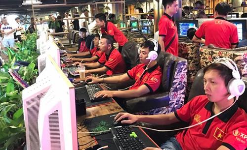 Đoàn AOE Việt Nam với đồng phục đỏ đang thi đấu tại Quảng Châu, Trung Quốc.