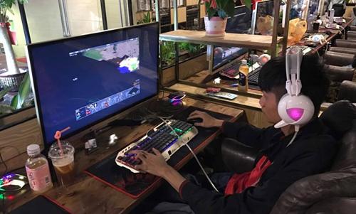 Các game thủ khác sẽ phải chơi trên màn hình 40 inch, với cài đặt để giao diện game thu nhỏ lại cho vừa tầm mắt.