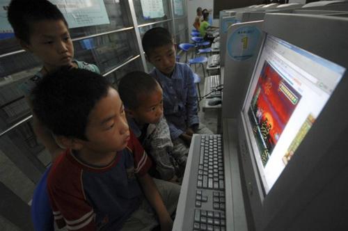 Trẻ em chơi trò chơi trực tuyến tại một quán cà phê internet ở China.Reuters