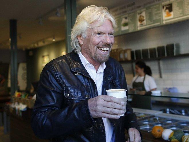 Trả lời Business Insider, Richard Branson, Chủ tịch Virgin Group, cho biết ông đón bình minh lúc 5h45. Dù đang đi nghỉ ở đảo riêng, ông vẫn luôn kéo sẵn rèm để mặt trời đánh thức ông dậy tập thể dục, ăn sáng rồi làm việc.