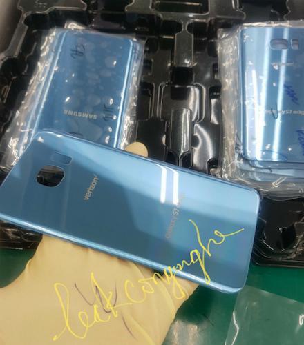 Hình ảnh về vỏ máy Galaxy S7 edge màu xanh mới được cho lộ ra từ nhà máy của Samsung ở Việt Nam.