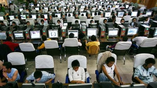 Các quán game tại Trung Quốc có thể phục vụ hàng trăm người cùng lúc.