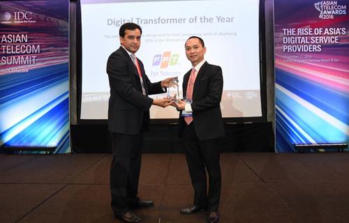 Ông Hoàng Trung Kiên, Phó tổng giám đốc FPT Telecom, nhận giải thưởng tại ATSA 2016.